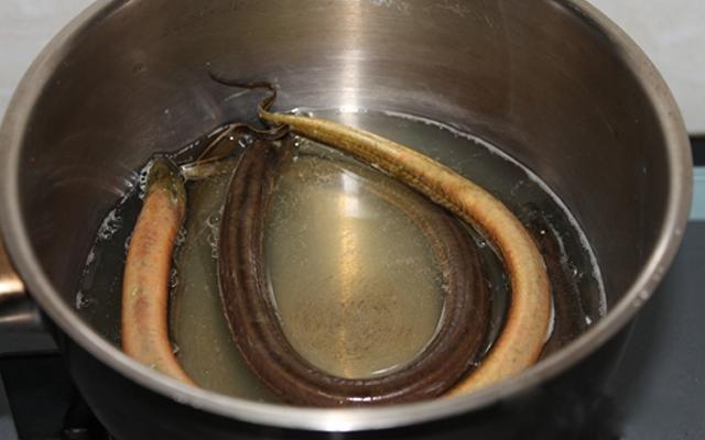 cách nấu cháo lươn đậu xanh cho bé 1